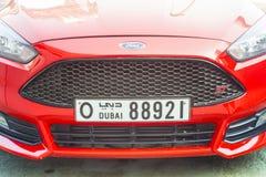 Avant de voiture de sport moderne avec la plaque minéralogique de Dubaï photos libres de droits