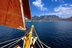 Avant de yacht avec la voile rouge photographie stock
