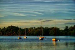Avant des points culminants de coucher du soleil au-dessus du lac Photo libre de droits