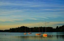 Avant des points culminants de coucher du soleil au-dessus du lac Photographie stock