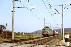 Avant du vieux croisement de train ferroviaire et transportant le carri de marchandises photographie stock