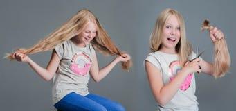 Avant et après Fille avec de longs cheveux, ensuite avec le short Le concept, coupe de cheveux photographie stock libre de droits