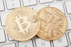 Avant et dos d'or du bitcoin deux sur le clavier d'ordinateur Photographie stock libre de droits