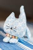 Avant fait maison de chat de jouet sur le tissu Images stock
