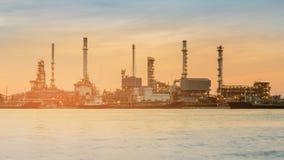 Avant industriel de rivière d'usine de raffinerie de pétrole Photos stock