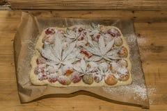 Avant la cuisson du gâteau d'abricot de marijuana photos stock