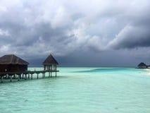 Avant la pluie à la station de vacances maldivienne Image stock