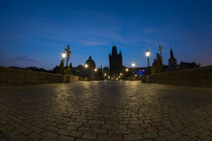 Avant lever de soleil sur Charles Bridge Photos stock