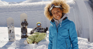 Avant mignon de skieur d'ami dans la neige Image libre de droits