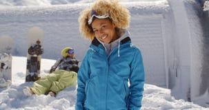 Avant mignon de skieur d'ami dans la neige Photos stock