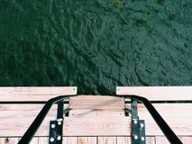 Avant vert de l'eau des escaliers en bois Image stock
