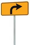Avanti la prospettiva con svolta a destra del segnale stradale dell'itinerario, ingiallisce il contrassegno isolato di traffico d Fotografie Stock Libere da Diritti