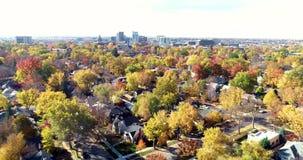 Avanzando verso l'orizzonte di Boise Idaho con molti alberi di autunno video d archivio