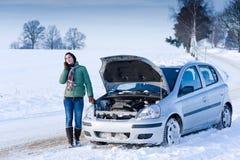 Avaria do carro do inverno - atendimento da mulher para a ajuda fotografia de stock