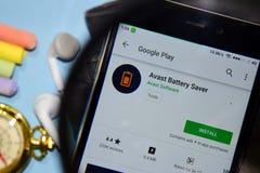 Avast app för batterispararebärare med förstoring på den Smartphone skärmen royaltyfria foton
