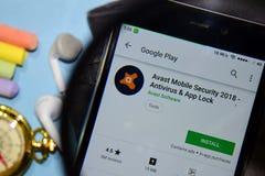 Avast app 2018 för Moobile säkerhetsbärare med förstoring på den Smartphone skärmen royaltyfri fotografi