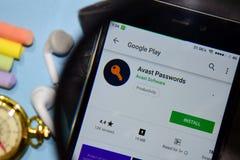 Avast lösenordbärare-app med förstoring på den Smartphone skärmen fotografering för bildbyråer