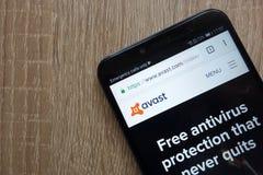 Avast website som visas på en modern smartphone royaltyfri bild