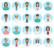 Avatar dei caratteri degli infermieri e di medici messi Icone mediche della gente dei fronti su un fondo blu Fotografia Stock