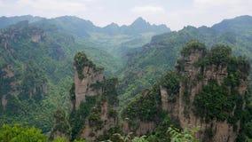 Avatarberg av Zhangjiajie Forest Park med stenpelare vaggar bildande stock video