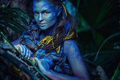 Avatarkvinna i en skog fotografering för bildbyråer