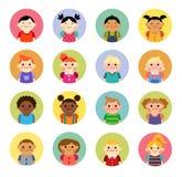 Avatars nationaux multiculturels d'enfants dans le style plat Photo stock
