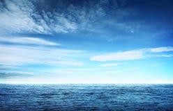 Avbilda av det blåttskyen och havet Arkivfoton