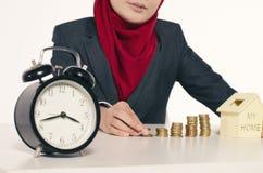 Avbilda begreppet som staplar mynt, returnera modellen och ta tid på för sparande av w arkivbilder