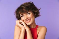 Avbilda closeupen av den caucasian tillfredsställda flicka20-tal i smi för tillfälliga kläder arkivfoton