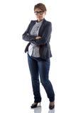 Avbilda den allvarliga kvinnan i exponeringsglas med korsade armar Royaltyfri Foto