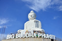 Avbilda den stora Buddhastatyn eller Pra Puttamingmongkol Akenakkiri på Phuket Thailand Arkivbilder