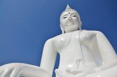 Avbilda den vita buddha statyn i tempel av Kanchanabur Arkivfoton