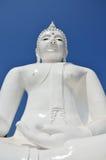 Avbilda den vita buddha statyn i tempel av Kanchanabur Royaltyfria Foton
