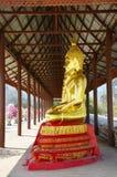 Avbilda den vita buddha statyn i tempel av Kanchanaburi Thailand Royaltyfri Fotografi