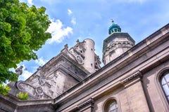 Avbilda det gamla stadshuset med en klocka och sätta en klocka på Royaltyfria Foton
