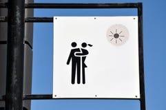 Avbilda par som kramar på ett tecken i parkera Royaltyfri Foto