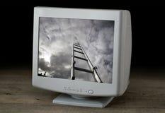 Avbilda stegen som aspirerar till himlen på en datorskärm Royaltyfri Bild