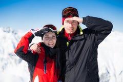 Två skiers på ett avbrott Arkivfoton