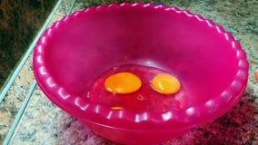 Avbrott av ägg i en stor bunke stock video