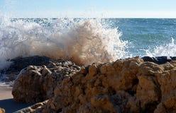 Avbrott av Atlantic Ocean vinkar på en vagga i Portugal royaltyfria foton