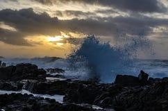 Avbrott av havet på solnedgången Arkivfoton