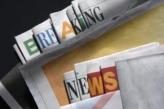 Avbrott av nyheterna på tidningar Royaltyfri Bild