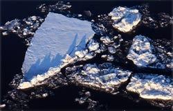 Avbrott av isen på floden Volga Royaltyfri Foto