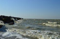avbrott av steniga kustwaves arkivbild