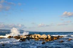 Avbrott för havsbränningvåg på stenen Royaltyfri Fotografi