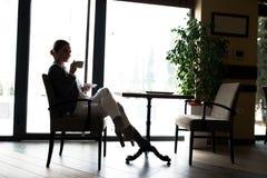 Avbrott för kaffe för affärskvinna Arkivbild
