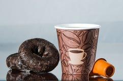 Avbrott för kaffe för arbetsställe med chokladdonuts Arkivfoto