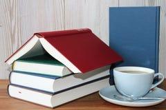 Avbrott med te och böcker Royaltyfri Foto