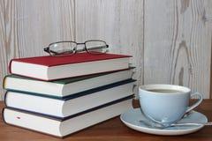 Avbrott med te och böcker Royaltyfri Bild