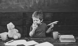 Avbrott mellan grupper Unge som äter äpplet med nöje Stängde sig stickande frukt för den gulliga pojken med hans ögon Spädbarn so Fotografering för Bildbyråer